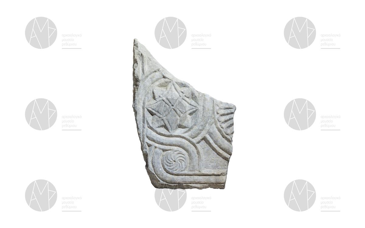 Κιονόκρανο, κοσμήτης και τμήματα θωρακίων από τέμπλο, βασιλική της Αγίας Ειρήνης, Βιράν Επισκοπή, 11ος αι. μ.Χ.