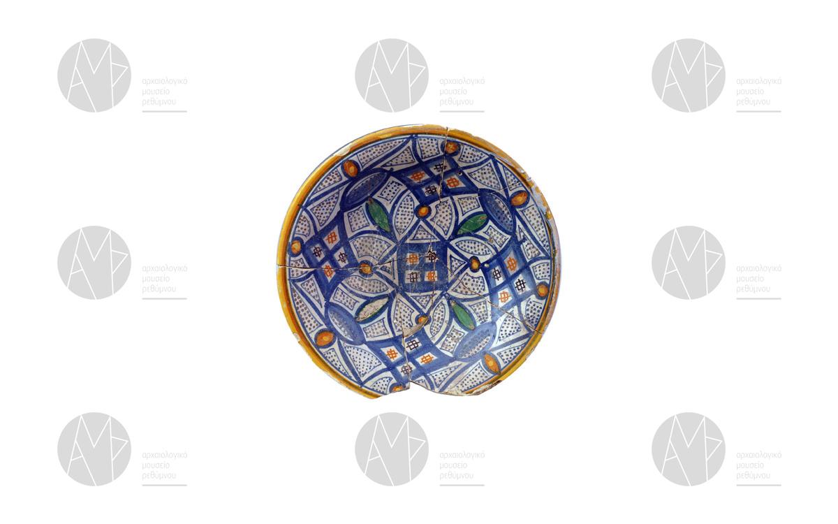 Πινάκιο της κατηγορίας πολύχρωμη μαγιόλικα, εργαστηρίων του Μontelupo. Β' μισό 16 ου αι. μ.Χ. Μονή των Αυγουστινιανών στο Ρέθυμνο