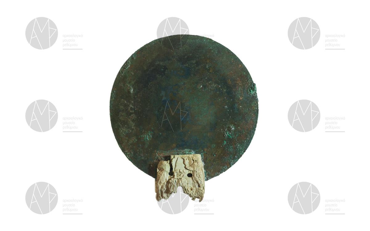 """Χάλκινος καθρέφτης με οστέινη λαβή διακοσμημένη με μορφές """"μινωικών δαιμόνων"""", θαλαμωτός τάφος Παγκαλοχωρίου, περ. 1380-1300 π.Χ."""