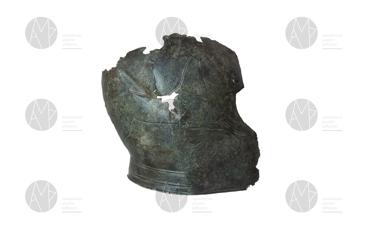 Τμήμα χάλκινης περικεφαλαίας με παράσταση άρματος, ευρύτερη περιοχή Ονυθέ, τέλη 7ου-αρχές 6ου αι. π.Χ.