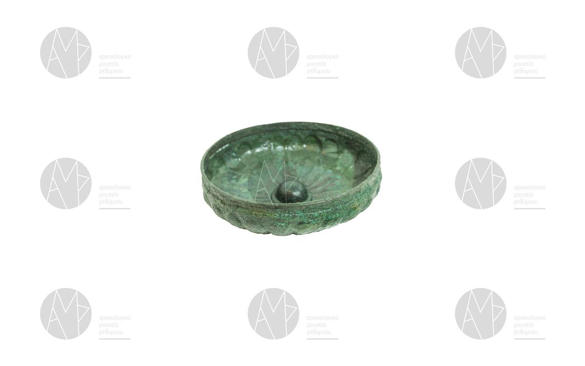 Χάλκινη γλωσσωτή ομφαλωτή φιάλη, Ελεύθερνα, νεκρόπολη Ορθής Πέτρας 7ος αι. π.Χ.